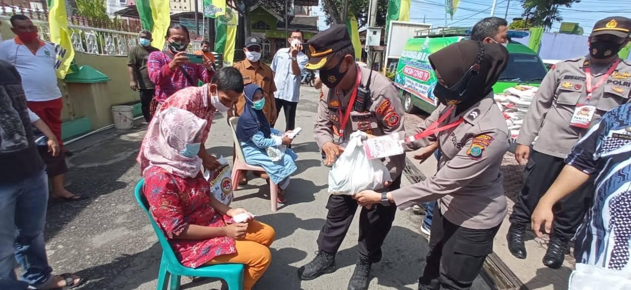 HUT Bhayangkara, Polsek Medan Timur Bagi Sembako Kepada Penyandang Disabilitas