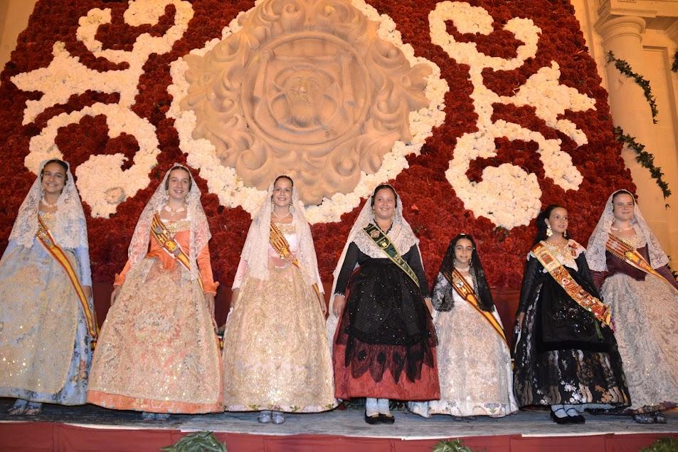 Les falleres majors de Dénia i les seues corts d'honor van participar en l'ofrena de flors de les Fogueres d'Alacant