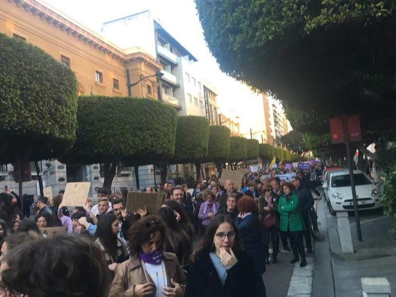 Alrededor de mil personas participan en la manifestación.