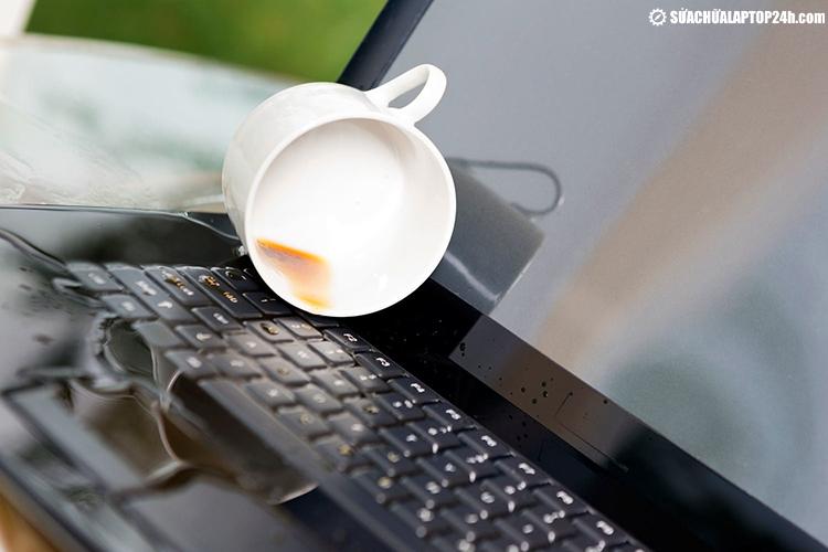 Đổ nước là trường hợp thường thấy nhất gây hư hỏng bàn phím