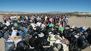 Los voluntarios con la gran cantidad de basura recogida