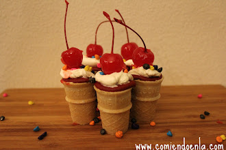 """Photo: Una divertida manera de comer los tradicionales cupcakes al estilo """"conoCake"""""""