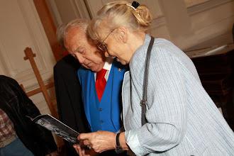 Photo: Между делом, Эльза Модестовна ( жена Юлия Ведерникова) знакомит Зураба Церетели с последним проспектом картин художника
