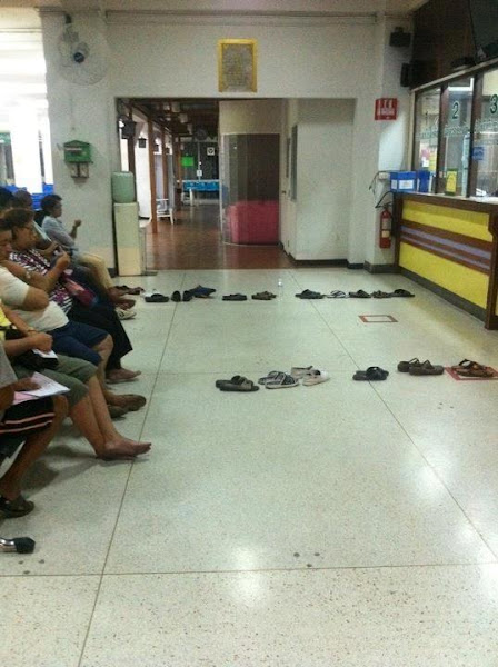 Photo: This is how people make a queue in Thailand - via +tina roth eisenberg