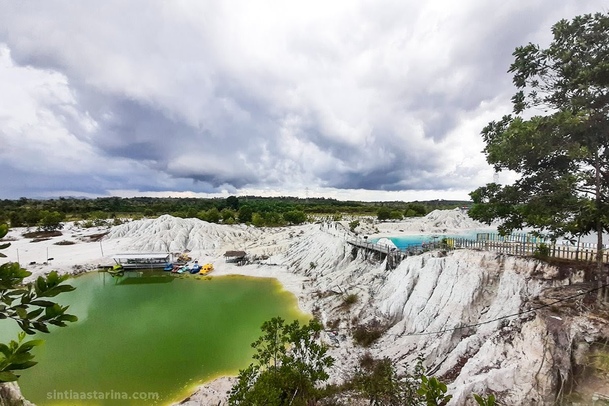 Terpukau Cantiknya Biru Danau Kaolin Bangka