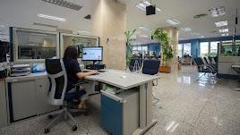 Imagen de empleada pública en las oficinas de la Administración.