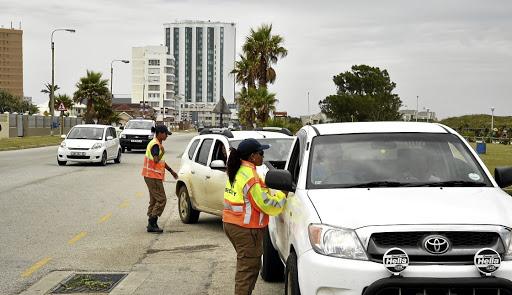 KYK | Verkeerslêer hang aan die motor terwyl die bestuurder vinnig ry om boete te vermy - SowetanLIVE