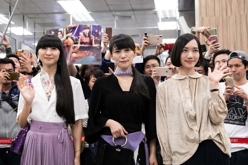 [迷迷現場] 日本天團 Perfume 抵台 上百粉絲到場接機