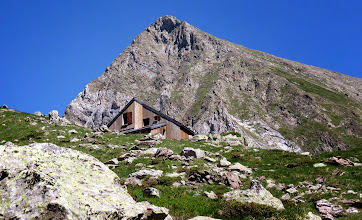 Photo: au pied du Mont Vallier(2838ms) : le refuge des Estagnous