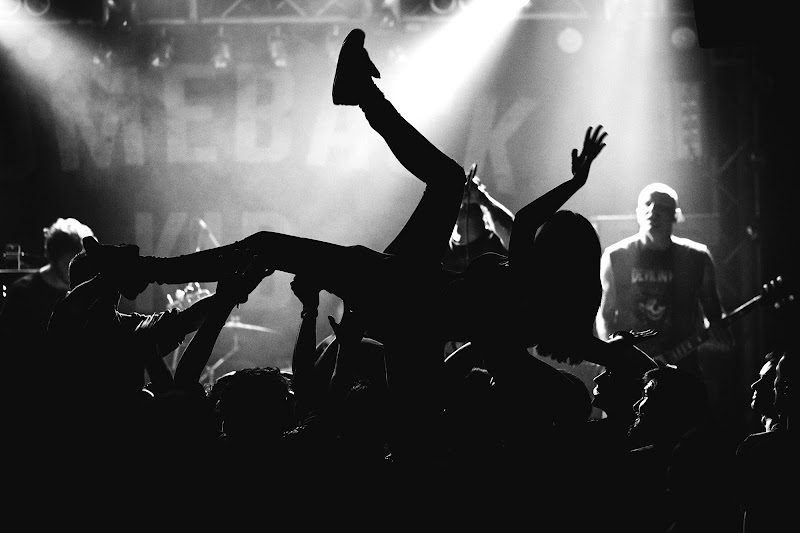 Crowd Surfing di yourockphoto.com