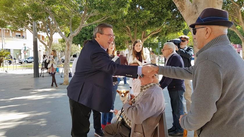 Fernando Martínez saludando a algunos almerienses