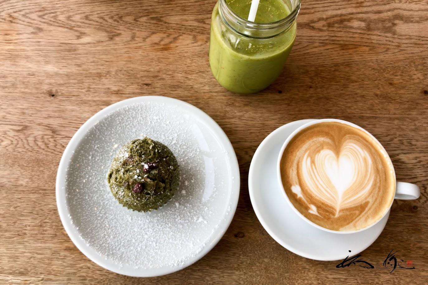 抹茶あずきの蒸しパン&ミルクたっぷりカフェラテ、季節のグリーンスムージー