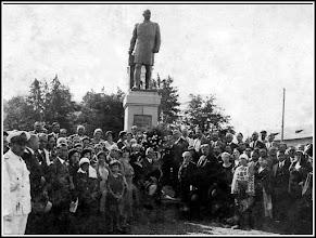 """Photo: Statuia lui Dr. Ioan Ratiu - 1932 - la doi ani dupa inaugurarea statuii -   """"Recunoaştem printre participanţi pe Augustin Raţiu, tatăl politicianului Ion Raţiu"""" sursa Facebook, Remus Chiorean https://www.facebook.com/photo.php?fbid=1468606956786120&set=a.1461038877542928.1073741826.100009104908756&type=1&theater delcampe http://www.delcampe.net/page/item/id,211554103,var,cp-Ceremonie-la-Turda-in-Ardeal--1932semnata-drRatiu,language,E.html"""