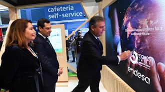El presidente de la Junta, Juanma Moreno, junto a la consejera de Agricultura, Ganadería, Pesca y Desarrollo Sostenible, Carmen Crespo, en el stand.