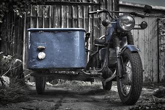 Photo: Mein neues Dreirad. Da sich die Restauration meines alten Trophy-Gespanns arg in die Länge zieht gibt es jetzt ein Zweit-Gepann. Der Lastenseitenwagen wird noch gegen ein Personenboot ausgetauscht. Und, die Farbe, ich finde, für ein Motorad gibt es nur zwei mögliche Farben, mattgrau und mattschwarz, ich glaube sie wird schwarz.  #motorbikemonday