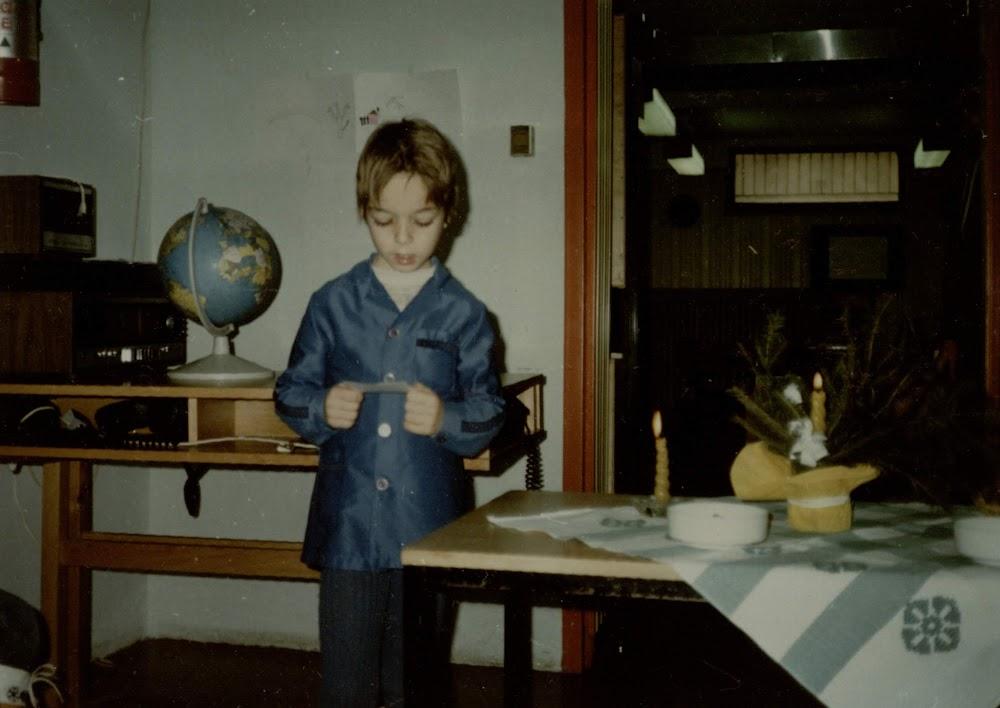 Karácsonyi asztal mellett olvas fel egy gyermek