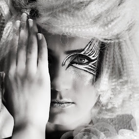 I see by Edwin  Mendoza - People Portraits of Women ( black & white )