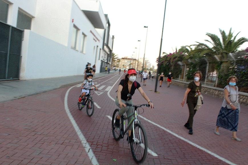 Ciclistas y con mascarilla por el carril bici del Parque de las Almadrabillas.