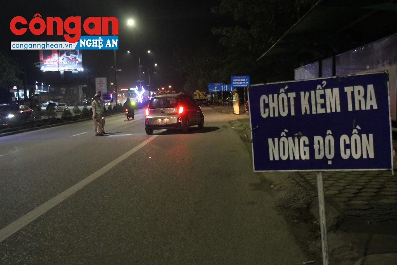 Chốt kiểm tra nồng độ cồn của CSGT Công an thành phố Vinh trên đường Lê Duẩn