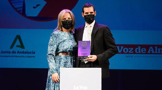 La diputada, María Luisa Cruz, entregaba el Premio a Carlos Tejada.
