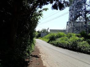 無数の電波塔の横を通り