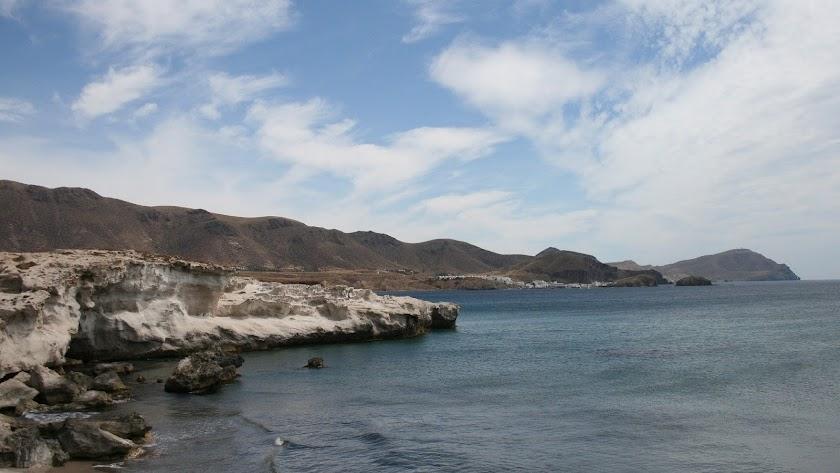 Los Escullos, con La Isleta del Moro al fondo, constituyen uno de los rincones con más encanto de la provincia.