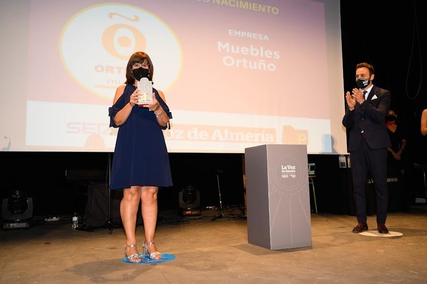 Muebles Ortuño ha recibido el Premio Empresa. Lo ha recogido la gerente, Paqui López.