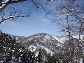 右に漆山岳からの稜線
