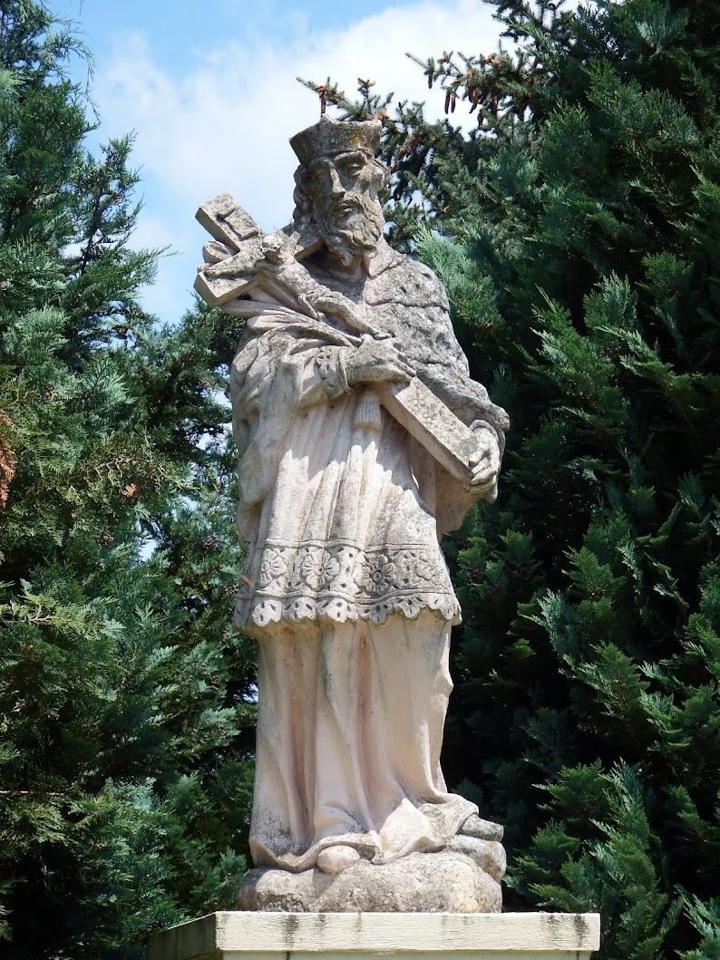Szomód - Nepomuki Szent János-szobor a katolikus templom kertjében