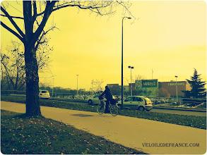 Photo: Voie verte devant Vélizy 2 - E-guide circuit de déplacement à vélo entre Bourg la Reine et Vélizy 2par veloiledefrance.com  Cycle path in front of Velizy 2 - Bike ride e-guide for commuting by bike from Bourg la Reine train station to Velizy 2 shopping center, produced by veloiledefrance.com