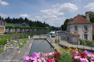 Photo: C'est ici à droite que commencent les croisières nautiques. Nous sommes sur le canal de Briare avec une de ses écluses. La bâtisse à droite est également la Capitainerie de Briare. A gauche une exposition de sculptures en pierre parmi lesquelles des émaux ont été incrustés.