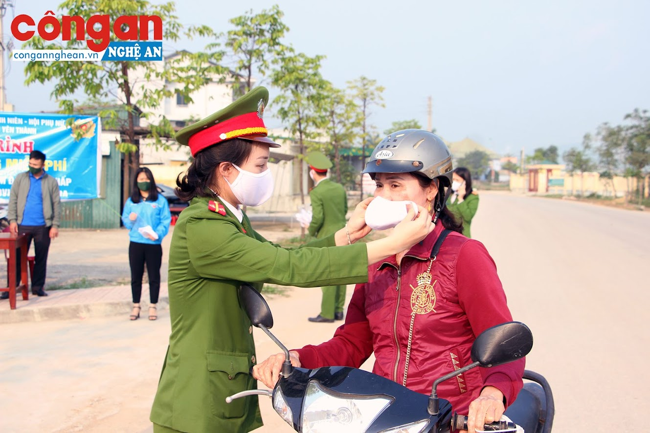 Công dân đến giao dịch tại Bộ phận một cửa đều đeo khẩu trang phòng chống dịch bệnh Covid-19