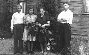 Photo: Prie klebonijos. ~1948 m. Iš kairės: Stonkus Alis (iš Kaušėnų), Juzefa Grigalauskaitė, šeimininkė Vita, kun. J. Daunoras. Nuotrauka iš Janinos Bušmienės asmeninio archyvo