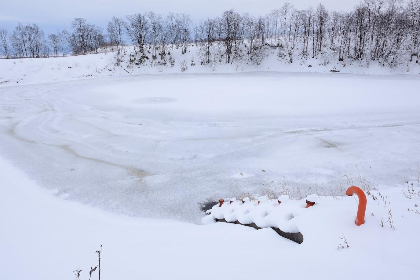 冬の眠りにつく農業貯水池