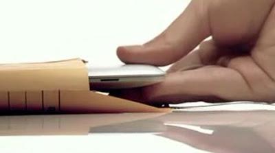 MacBook Airが封筒に収まるという斬新なCM