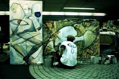 Homelessのダンボールにグラフィティアート