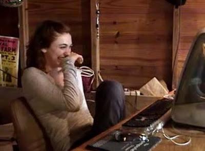 見てるこっちが楽しくなっちゃう爆笑する女性の映像