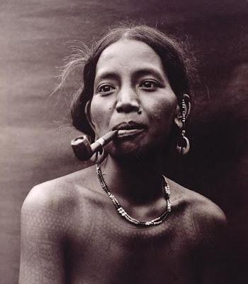 アボリジニの女性とパイプのマッシュアップ
