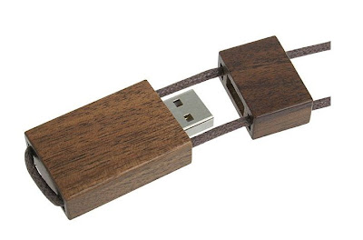 木製で首から下げられるUSBメモリ