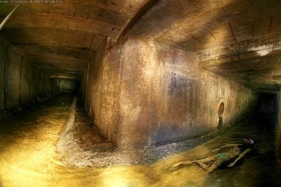 腐敗した地下水路を泳いでみる