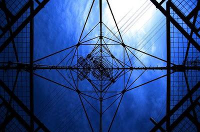 鉄塔の下から撮った幻想的な写真「Wire Towers」