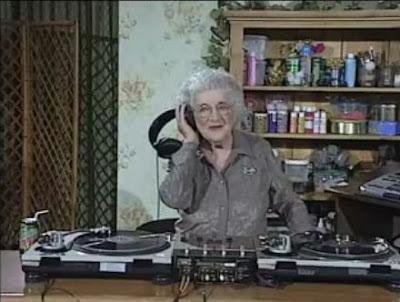 おばあちゃんにDJ Mixingをレクチャーしてもらいましょう
