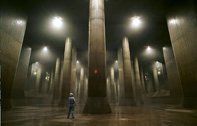 近未来都市のような日本の下水システムの写真