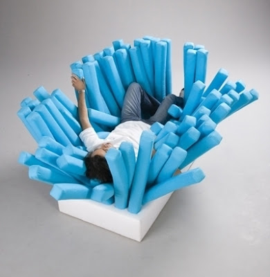まるで歯ブラシのようなソファ