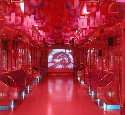 ハロウィンで行われたエキセントリックな電車の写真