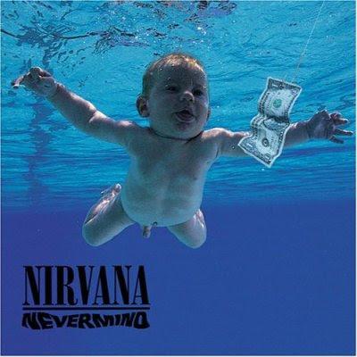 Nirvanaのジャケを創造させる子供が水中にいる写真