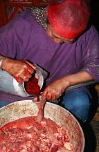 Photo: 03265 ハドブルグ家/羊の血のソーセージ作り