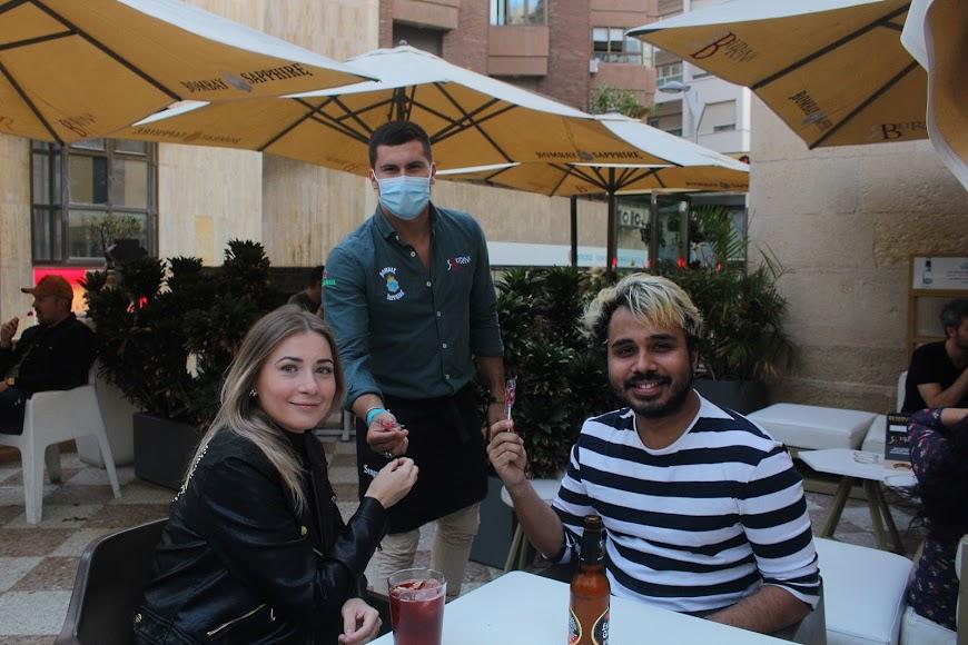 Atenciones con los clientes en Burana, en el Paseo de Almería.
