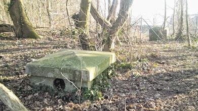 Photo: Zwei quadratische Klötze weisen den Weg zum Bunkereingang am Sunderweg.