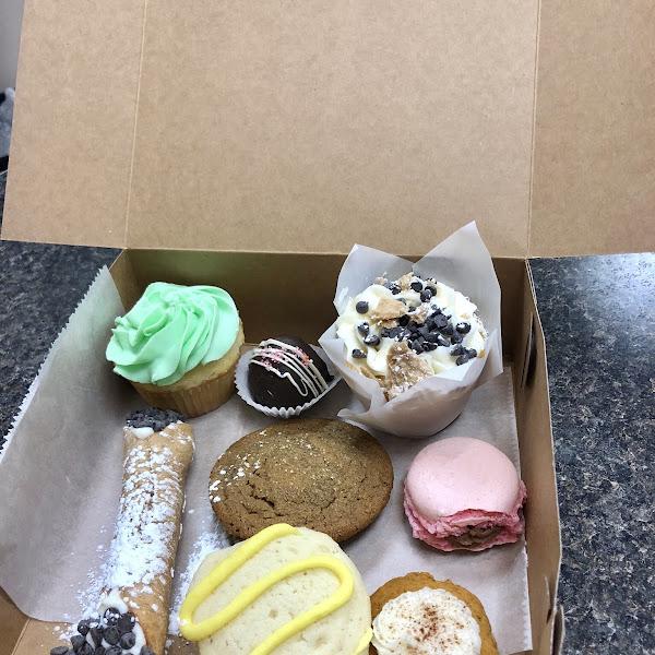 100% gluten free treat box!  Almond cupcake, cannoli cupcake, raspberry macaroon, pumpkin spice cookie, lemon cookie, almond cookie, and more! Soooo good!